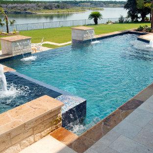 Diseño de piscinas y jacuzzis infinitos, contemporáneos, grandes, a medida, en patio trasero, con suelo de baldosas