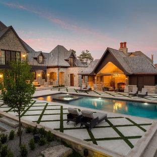 Imagen de casa de la piscina y piscina clásica, tipo riñón, en patio trasero
