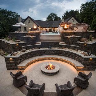 Esempio di una grande piscina monocorsia tradizionale rettangolare dietro casa con un acquascivolo e pavimentazioni in cemento