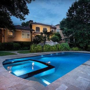 Свежая идея для дизайна: большой бассейн произвольной формы на заднем дворе в средиземноморском стиле с джакузи - отличное фото интерьера