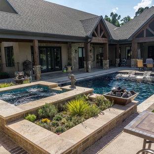 Идея дизайна: спортивный, прямоугольный бассейн среднего размера на заднем дворе в стиле рустика с джакузи и мощением тротуарной плиткой