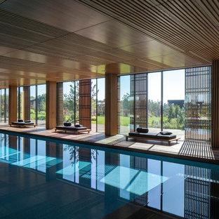 Immagine di una grande piscina coperta monocorsia minimalista rettangolare con pedane