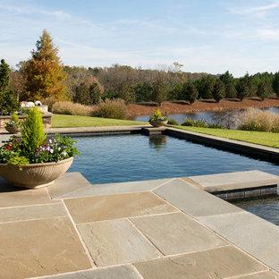 Inspiration för mellanstora klassiska rektangulär pooler på baksidan av huset, med naturstensplattor och spabad