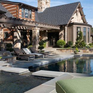 Foto de piscinas y jacuzzis rurales, de tamaño medio, rectangulares, en patio trasero, con adoquines de piedra natural