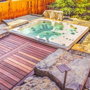 Foto de piscinas y jacuzzis tradicionales, de tamaño medio, a medida, en patio trasero, con adoquines de piedra natural