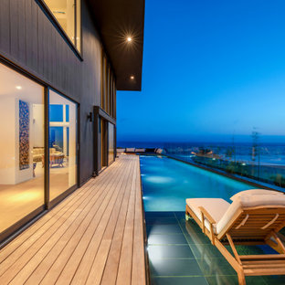 This is an example of a contemporary pool in Los Angeles.