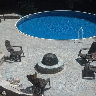 Diseño de piscina infinita, moderna, pequeña, redondeada, con adoquines de hormigón