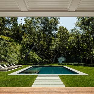 Modelo de casa de la piscina y piscina tradicional, rectangular, en patio trasero
