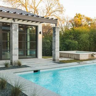Imagen de piscina con fuente clásica renovada, grande, rectangular, en patio trasero, con gravilla