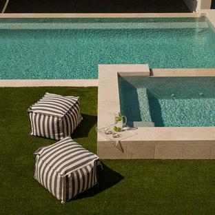 Imagen de casa de la piscina y piscina infinita, costera, de tamaño medio, rectangular, en patio trasero, con adoquines de piedra natural