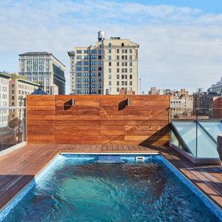 Imagen de piscina contemporánea, grande, rectangular, en azotea, con entablado