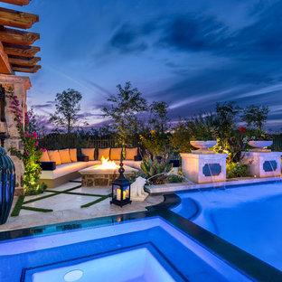 Idee per un'ampia piscina a sfioro infinito shabby-chic style rettangolare dietro casa con una vasca idromassaggio e pavimentazioni in pietra naturale