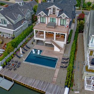 Diseño de piscina minimalista, de tamaño medio, en forma de L, en patio trasero, con entablado