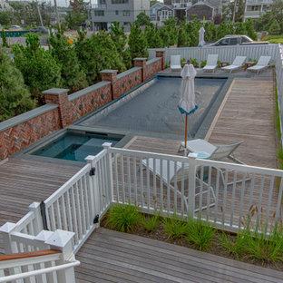 Ispirazione per una piscina stile marinaro rettangolare di medie dimensioni e davanti casa con pedane