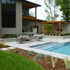 Modern Pool by MacKinnon Reid & Associates Inc.