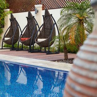 Modelo de casa de la piscina y piscina alargada, mediterránea, de tamaño medio, rectangular, en patio trasero, con granito descompuesto