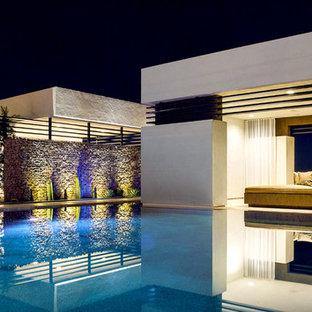 Cette image montre des abris de piscine et pool houses arrière design en L.