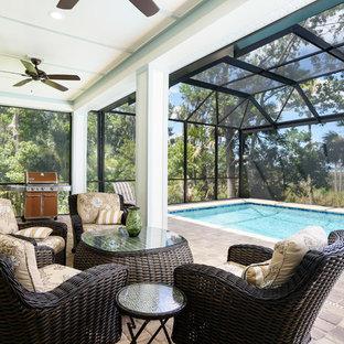 Esempio di una piscina coperta monocorsia costiera rettangolare di medie dimensioni con una dépendance a bordo piscina e pavimentazioni in mattoni
