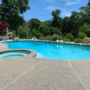 Idee per un'ampia piscina naturale classica personalizzata dietro casa con pedane