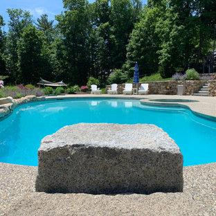 Idee per un'ampia piscina naturale tradizionale personalizzata dietro casa con pedane