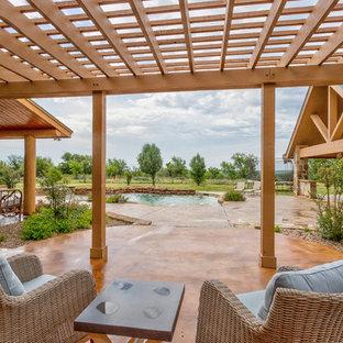 Diseño de piscinas y jacuzzis rústicos, de tamaño medio, a medida, en patio trasero, con suelo de hormigón estampado