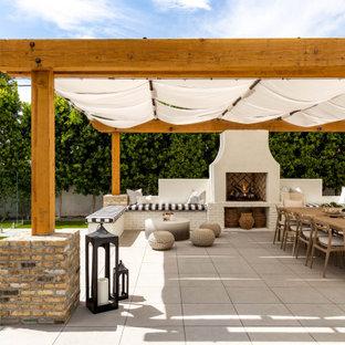 Ispirazione per una grande piscina naturale minimal dietro casa con paesaggistica bordo piscina e pavimentazioni in cemento
