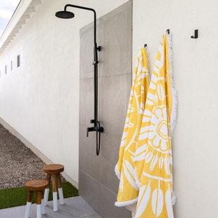 Großer Moderner Schwimmteich hinter dem Haus mit Pool-Gartenbau und Betonplatten in Phoenix