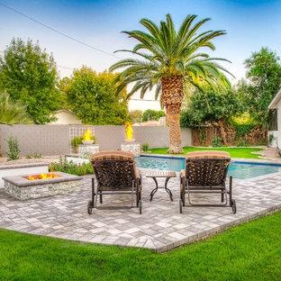 Foto de piscinas y jacuzzis naturales, de estilo americano, de tamaño medio, rectangulares, en patio trasero, con adoquines de hormigón