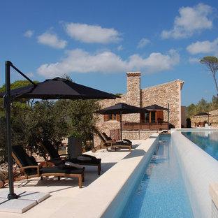 マヨルカ島の大きい地中海スタイルのおしゃれなプール (コンクリート敷き) の写真