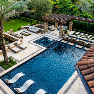 Свежая идея для дизайна: большой спортивный, прямоугольный бассейн на заднем дворе в средиземноморском стиле с джакузи и покрытием из плитки - отличное фото интерьера