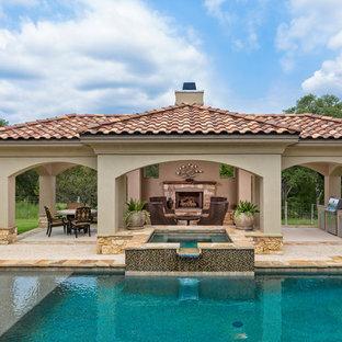 Mediterraner Whirlpool hinter dem Haus in rechteckiger Form mit Natursteinplatten in Austin