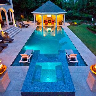 Modelo de piscinas y jacuzzis mediterráneos, extra grandes, rectangulares, en patio trasero, con adoquines de piedra natural