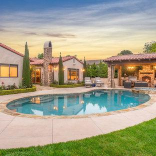Foto de piscinas y jacuzzis mediterráneos, de tamaño medio, tipo riñón, en patio trasero