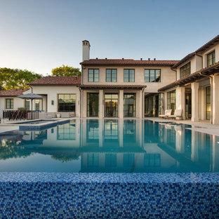 Ejemplo de piscinas y jacuzzis elevados, mediterráneos, en patio trasero