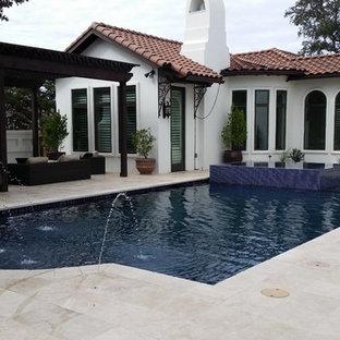 Ejemplo de piscinas y jacuzzis alargados, mediterráneos, extra grandes, rectangulares, en patio trasero, con suelo de hormigón estampado
