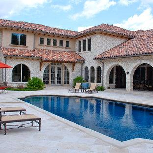 Aménagement d'une piscine méditerranéenne de taille moyenne et rectangle avec une cour.