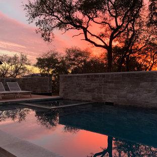 Ispirazione per una piscina minimalista rettangolare in cortile con una vasca idromassaggio e pedane