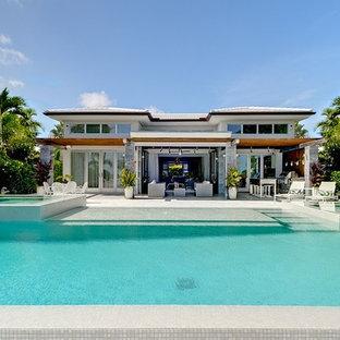 Esempio di una grande piscina minimal rettangolare dietro casa con una vasca idromassaggio
