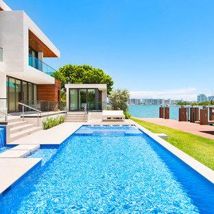 Новые идеи обустройства дома: спортивный, прямоугольный бассейн на заднем дворе в современном стиле с джакузи