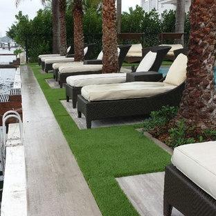 Imagen de piscinas y jacuzzis alargados, contemporáneos, de tamaño medio, rectangulares, en patio trasero, con suelo de hormigón estampado