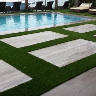 Diseño de piscinas y jacuzzis alargados, actuales, de tamaño medio, rectangulares, en patio trasero, con suelo de hormigón estampado