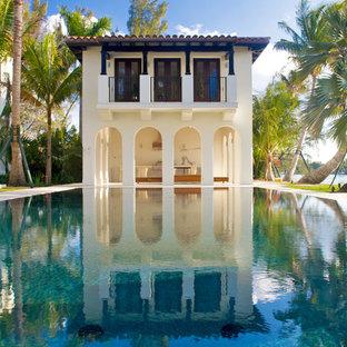 Esempio di una piscina mediterranea rettangolare con una dépendance a bordo piscina