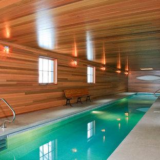 Idée de décoration pour une piscine intérieure champêtre.