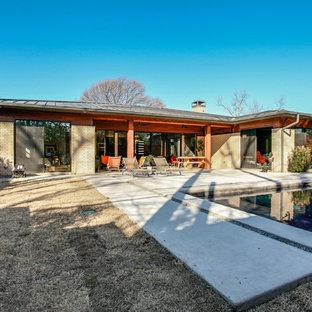 Imagen de piscina con fuente vintage, grande, en patio trasero, con adoquines de ladrillo