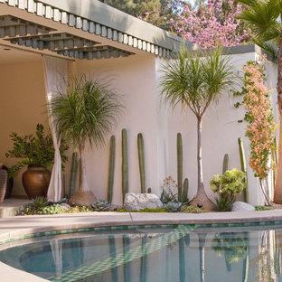 """Idee per una piscina fuori terra minimalista a """"C"""" di medie dimensioni e dietro casa con pedane"""