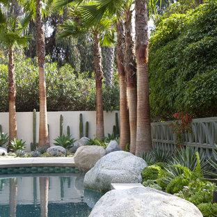 Ejemplo de piscina elevada, retro, de tamaño medio, tipo riñón, en patio trasero, con entablado