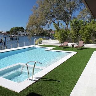 Großer Mid-Century Pool hinter dem Haus in rechteckiger Form mit Betonplatten in Tampa