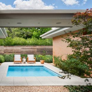 Modelo de piscina vintage, de tamaño medio, rectangular, en patio lateral, con adoquines de hormigón
