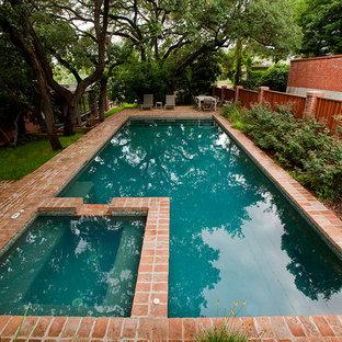 Ejemplo de piscinas y jacuzzis alargados, retro, de tamaño medio, rectangulares, en patio trasero, con adoquines de ladrillo