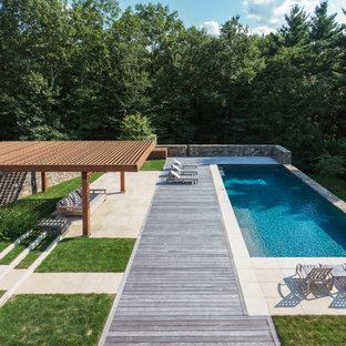 Esempio di una grande piscina chic rettangolare con pedane